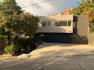 Una vista de una calle con un edificio en el fondo en Casa En Venta En Bogota Santa Ana Oriental-Usaquén