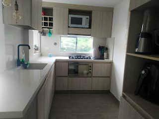 Una cocina con lavabo y microondas en Apartamento en venta en Loma De Los Bernal de dos habitaciones