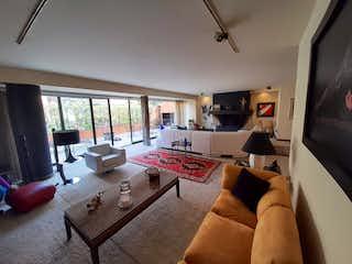 Una sala de estar llena de muebles y una televisión de pantalla plana en Casa en venta en Rosales de 4 alcobas