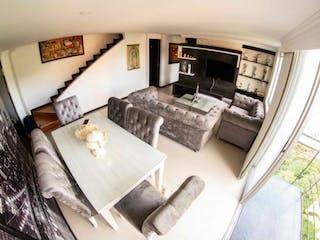 Una sala de estar llena de muebles y una chimenea en Apartamento en venta en Los Colores de cuatro habitaciones