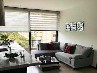 Una sala de estar llena de muebles y una ventana en VENDO APARTAESTUDIO EXTERIOR 64 MTRS2