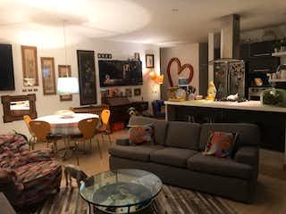 Una sala de estar llena de muebles y una gran ventana en Apartamento en venta en El Virrey, 130m² con Bbq...