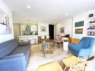 Una sala de estar llena de muebles y una mesa en Apto Remodelado Con Gran Distribución – Venta – Cra 16a Cll86A – Virrey