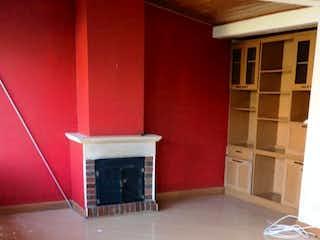 Una sala de estar con una alfombra roja y un banco rojo en Apartamento En Venta En Bogota Puente Largo