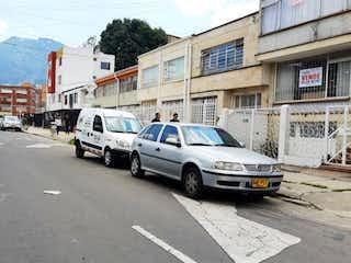 Un coche estacionado al lado de una calle en Casa en venta en Palermo de 6 habitaciones