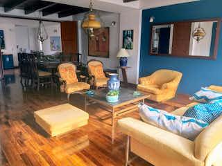 Una sala de estar llena de muebles y una mesa en En venta Hermoso Apartamento Dúplex, como nuevo. Chía