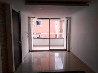 Un cuarto de baño con ducha y un espejo en Apartamento en venta en Calle Larga de tres habitaciones