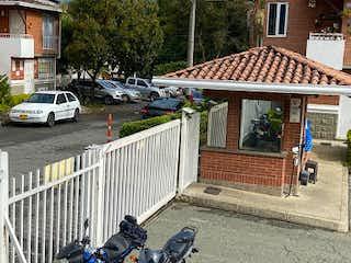 Una motocicleta estacionada delante de un edificio en Casa en venta en Yarumito de 3 habitaciones