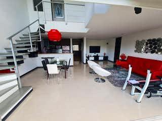 Una sala de estar llena de muebles y una chimenea en Apartamento en Venta LOS BALSOS