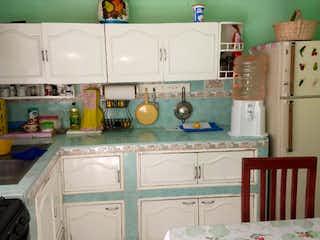 Una cocina con fregadero y nevera en Casa en venta en Valle de Jiménez, Valle de Aragón ,Nezahualcóyotl, Estado de México, de 246 mts2