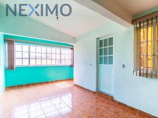 Un cuarto de baño con lavabo y ducha en Casa en venta en Av de las Fuentes, Rincón de las Fuentes, Coacalco de Berriozábal, Unidad Coacalco, Estado de México, de 125 mts2