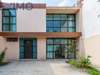 Un gran edificio de ladrillo con una gran ventana en Casa en venta en Fracc Prado Vallejo con Jardín...