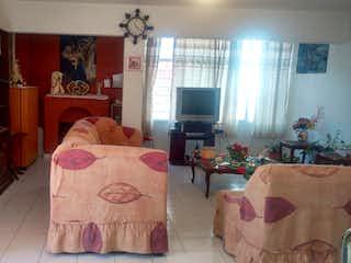 Una sala de estar llena de muebles y una ventana en Casa en venta en Plutarco Emiliano Zapata , Chalco, Emiliano Zapata, Estado de México, de 200 mts2