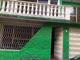 Un primer plano de un edificio con una señal en él en Venta de Amplia y funcional casa en Ampliación Gabriel Ramos Millán