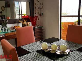 Una sala de estar llena de muebles y una ventana en Torres de Laurelen 1