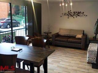 Una sala de estar llena de muebles y una mesa en Guadarrama 2