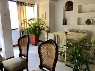 Una habitación con sillas de mesa y plantas en macetas en Apartamento con súper ubicación, La Frontera