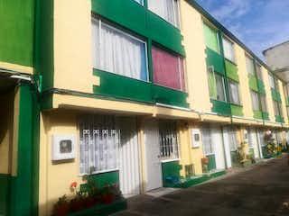 Un edificio verde y blanco y una planta verde en Casa En Venta En Bogota Tibabita