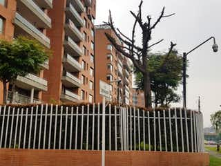 Un gran edificio con un árbol en el fondo en Apartamento En Venta En Bogota Salitre