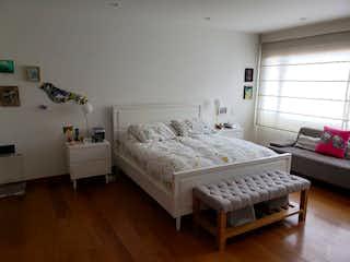 Un dormitorio con una cama y un escritorio en APARTAMENTO EN CHICO