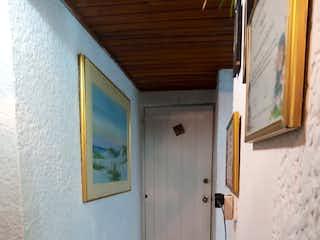 Un cuarto de baño que tiene un inodoro en él en Casa En Venta En Bogota San José De Bavaria