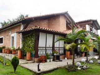 Una casa que tiene un árbol en ella en Finca en Venta RIONEGRO