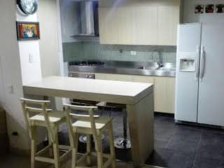 Una cocina con nevera y fregadero en Apartamento en venta en Loma de Las Brujas de tres habitaciones