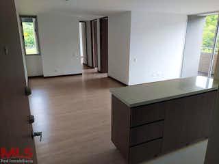 Una habitación que tiene una caja en ella en Vitta