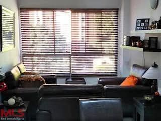 Una sala de estar llena de muebles y una ventana en San Julian