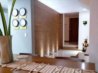 Una sala de estar llena de muebles y una gran ventana en VENDO CASA REMODELADA CERCA AL COLEGIO LA COLINA BALSOS /EL POBLADO