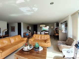 Una sala de estar llena de muebles y una televisión de pantalla plana en VENTA APARTAMENTO SECTOR ZUIGA ENVIGADO