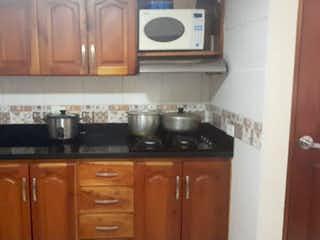 Una cocina con lavabo y microondas en Casa en venta en Cabecera San Antonio De Prado de 103m²