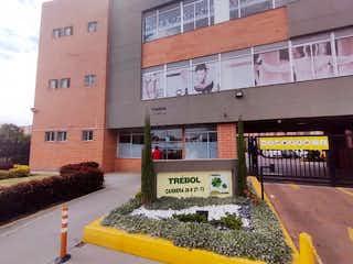 Un edificio con una señal en el costado en Apartamento en venta - CIUDAD VERDE