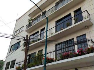 Un edificio alto con una señal en él en Departamento en venta en Anzures con acceso a Jardín