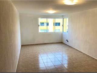 Un cuarto de baño con un inodoro y un lavabo en Departamento en Venta en El Coyol Gustavo A. Madero