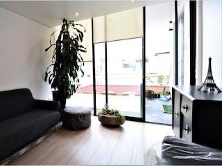 Una sala de estar llena de muebles y una planta en maceta en Departamento en venta en Anzures 85m²