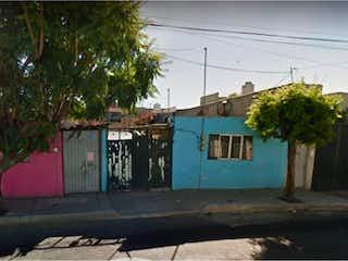 Un rincón de la calle con un árbol y un edificio en Casa en Venta en Zona Urb Sta Martha Acatitla Norte Iztapalapa