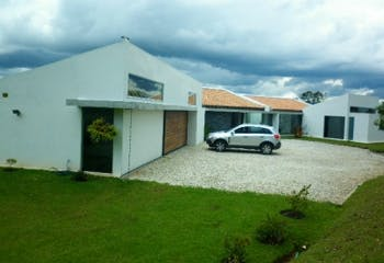 Finca en Venta en La Ceja, cuenta con 5 habitaciones y 2 garajes.