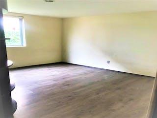 Una habitación que tiene un lavabo y un suelo de madera en Departamento en venta en Lomas Verdes 5ta Secc (La Concordia) de 3 recámaras