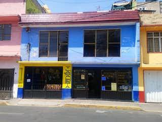 Un edificio azul y amarillo delante de un edificio en Casa en Venta en Ampliación Gabriel Ramos Millán Iztacalco