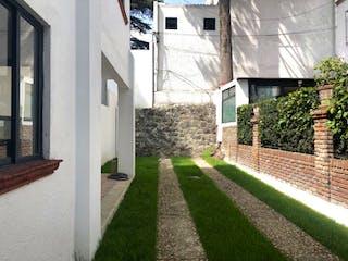 Una acera con un banco delante de ella en Casa en Venta en San Jeronimo Lidice La Magdalena Contreras