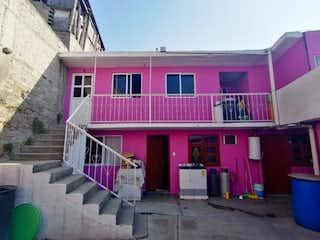 Un edificio rosa con un autobús rosa y azul en Casa en Venta en Benito Juarez Gustavo A. Madero