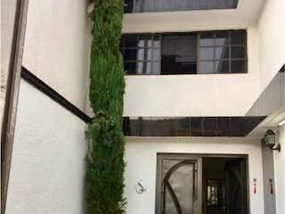 Un edificio blanco con una puerta blanca y una ventana en Casa en Venta en Valle Dorado Tlalnepantla de Baz