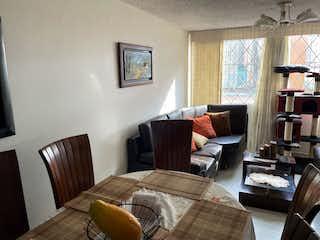 Una habitación de hotel con dos camas y un sofá en VENTA DE APARTAMENTO NORMANDIA (ENGATIVA)