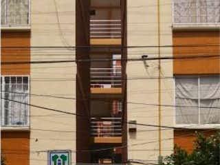 Una persona de pie delante de un edificio en Departamento en Venta en Ahuehuetes Anahuac Miguel Hidalgo
