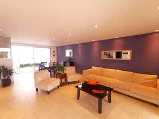 Una sala de estar llena de muebles y una televisión de pantalla plana en Casa en Venta en San Juan Totoltepec, de 166mtrs2