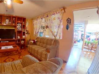 Una sala de estar llena de muebles y una chimenea en Casa en Venta en El Mirador Xochimilco