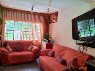 Una sala de estar llena de muebles y una televisión de pantalla plana en Casa en Venta en Gabriel Ramos Millan Iztacalco