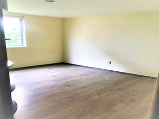 Una habitación que tiene un lavabo y un suelo de madera en Departamento en venta en Lomas Verdes 5ta Secc (La Concordia) de 3 hab.