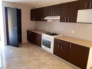 Una cocina con una estufa de fregadero y armarios en Casa en Venta en Lomas De La Hacienda, de 235mtrs2